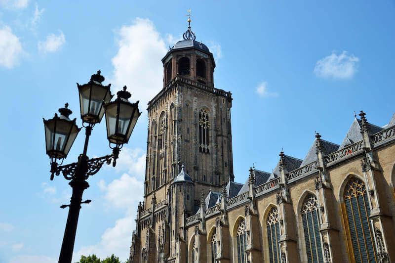 Beklim de toren van de Lebuïnuskerk
